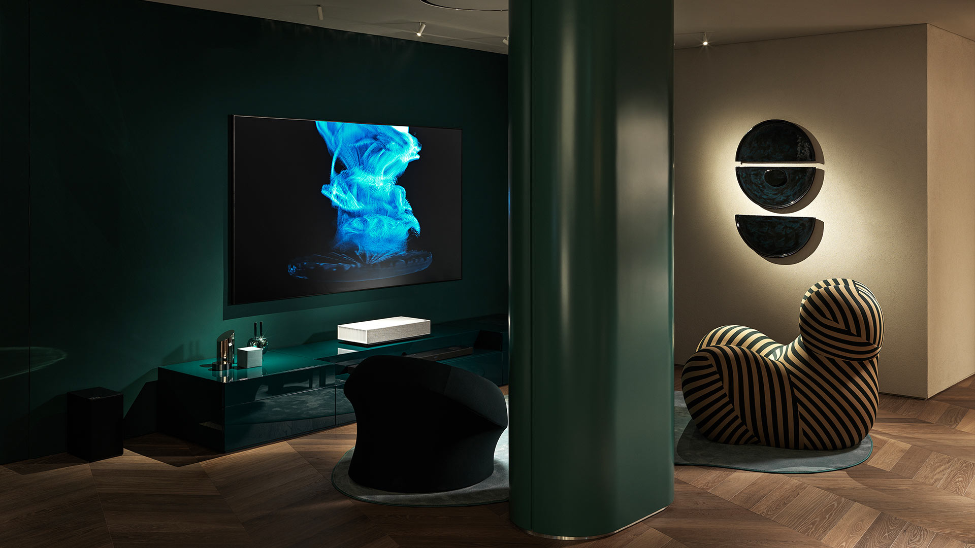 Basement showroom Signature kitchen Suite dettaglio TV